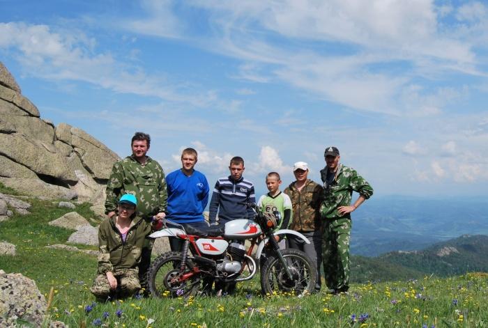 На гору Синюха Колыванского хребта залезли с мотоциклом