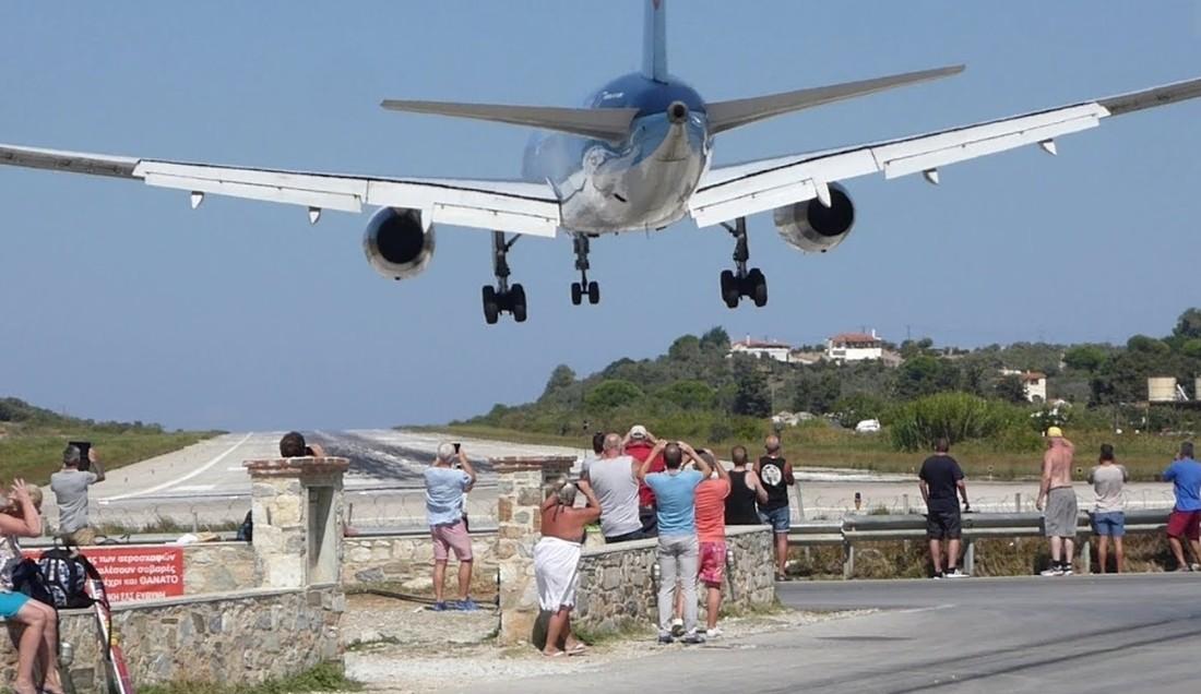 Туристов сдуло при попытке сделать селфи под самолетом