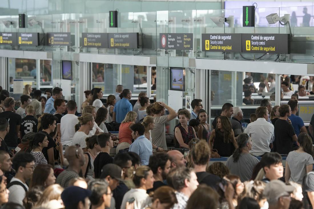 В аэропорту Барселоны началась бессрочная забастовка: туроператоры привозят туристов заранее