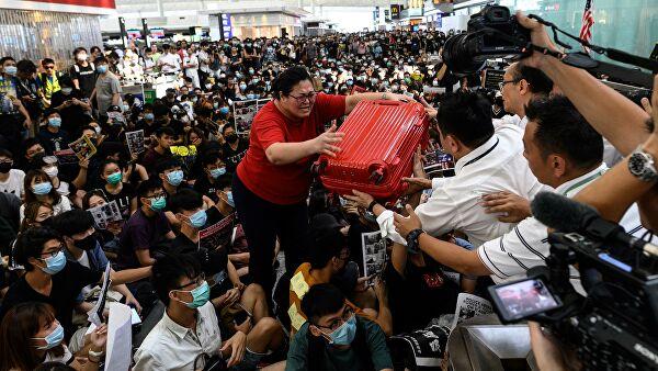 Спрос на туры в Гонконг упал вдвое из-за массовых протестов