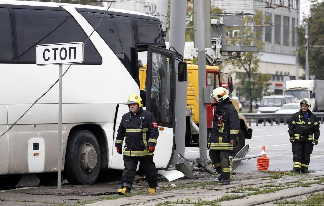 Автобус с китайскими туристами врезался в столб в Москве