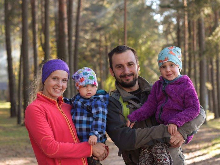 «Готовили к креслу с 9 месяцев». Семья с двумя малышами проезжает тысячи км на велосипедах по Европе