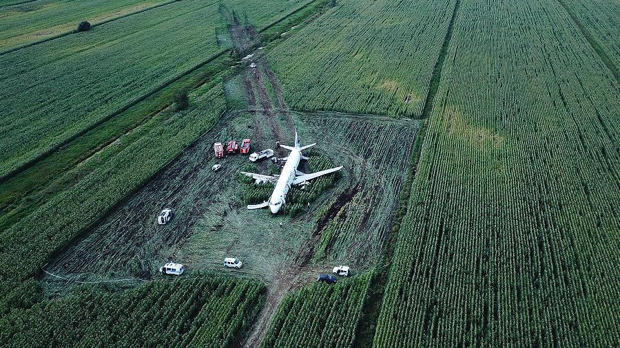 Экипаж лайнера, севшего в кукурузное поле, рассказал подробности посадки