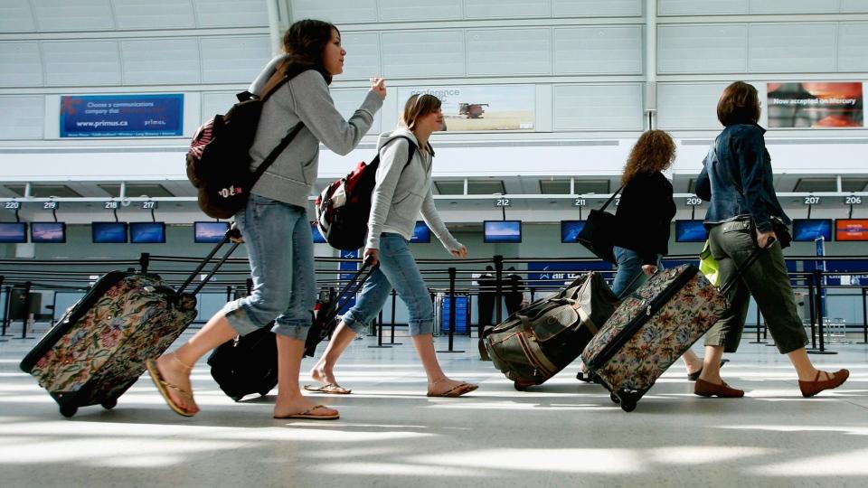 Опрос: 52% россиян не могут позволить себе отдых за границей