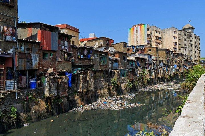 В центре Мумбая есть огромная трущоба. У туристов она стала популярнее, чем Тадж-Махал. Но почему?