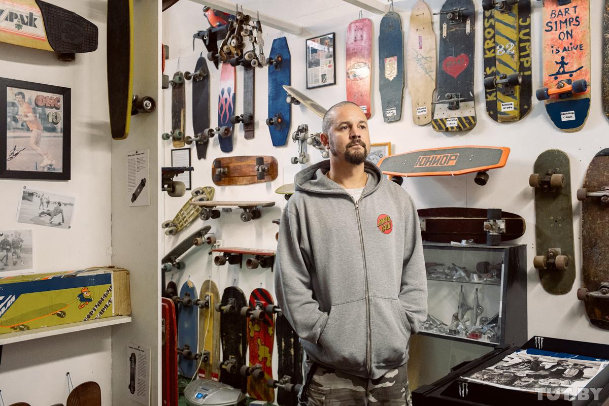 «Это травмоопасно. Но вся жизнь такая». Парень гонял на скейте еще в 80-х, а потом открыл свой музей