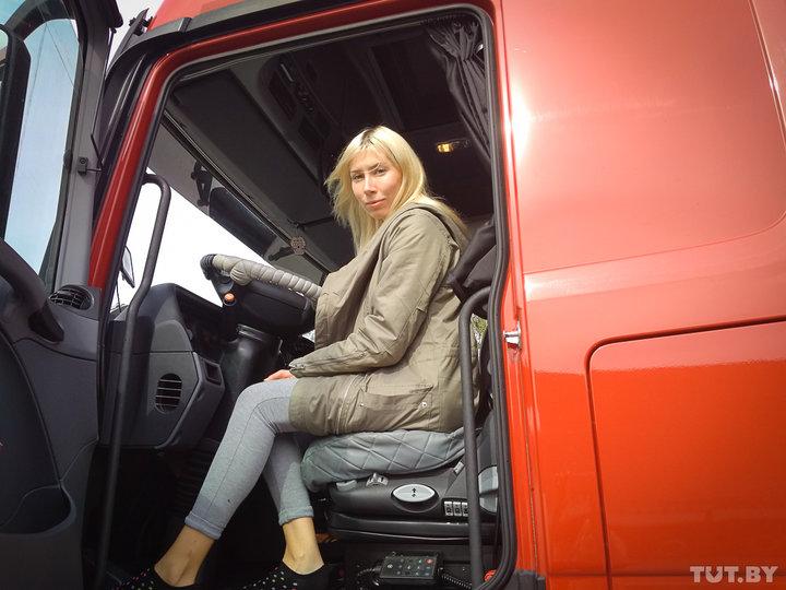 «Не боюсь просить помощи». Посмотрели, как живет и работает первая белорусская дальнобойщица