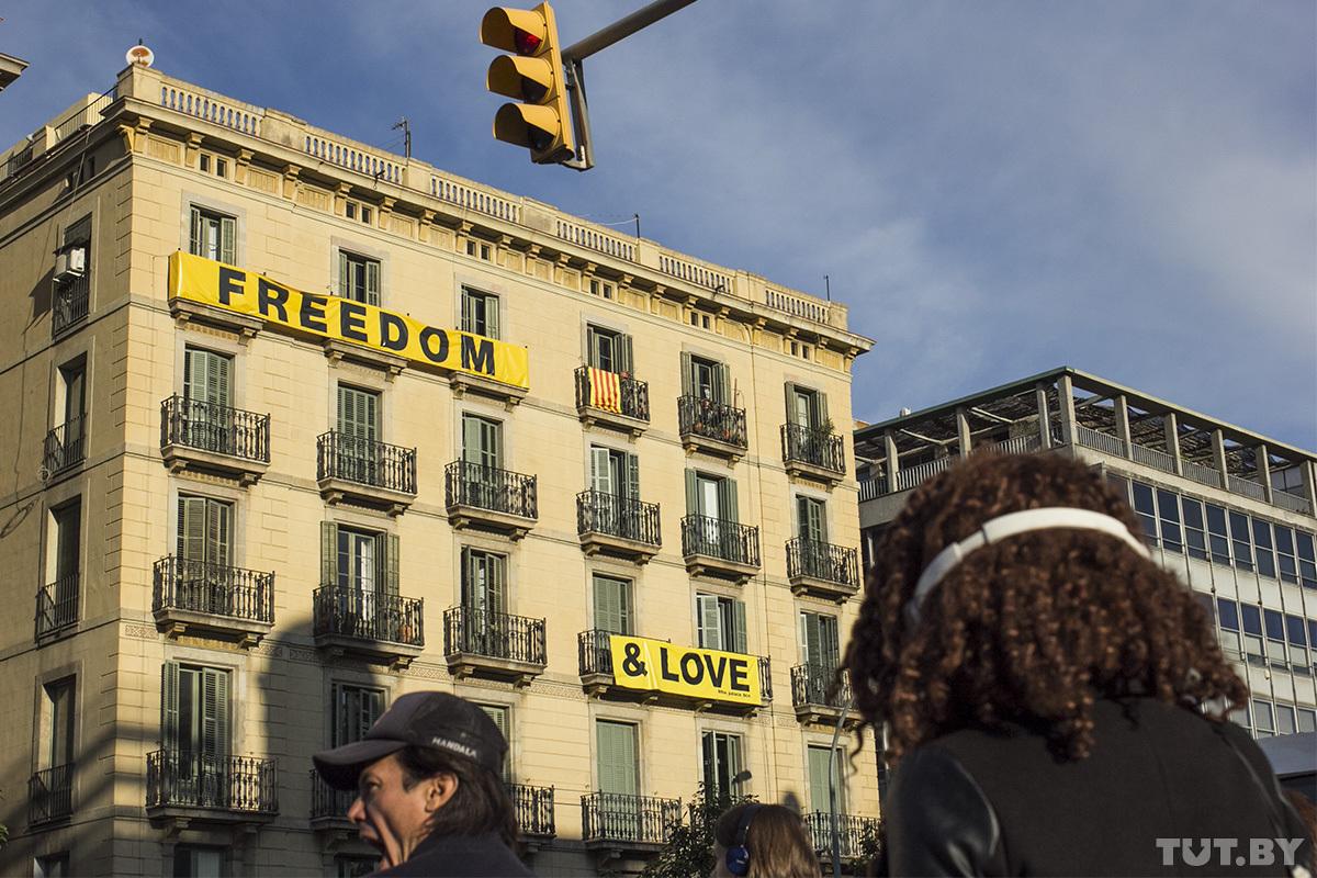 «Идут протесты - а ты сидишь в кафе и ешь паэлью». Как живет беспокойная Барселона