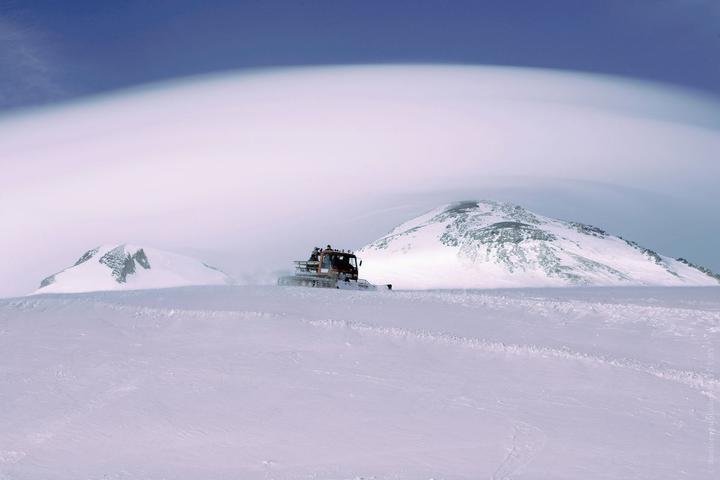 «Альпиниста увидела группа, которая шла на восхождение». Подробности ЧП на Эльбрусе, где спасли белоруса