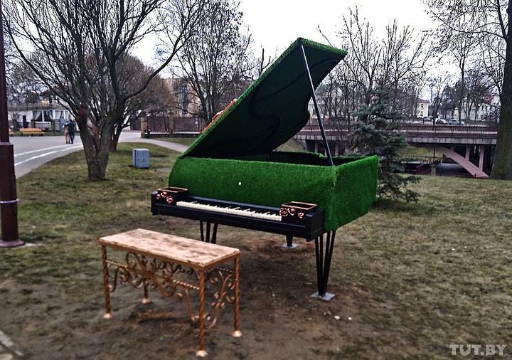В Гродно появился зеленый рояль, который играет сам. В репертуаре пока только Стас Михайлов
