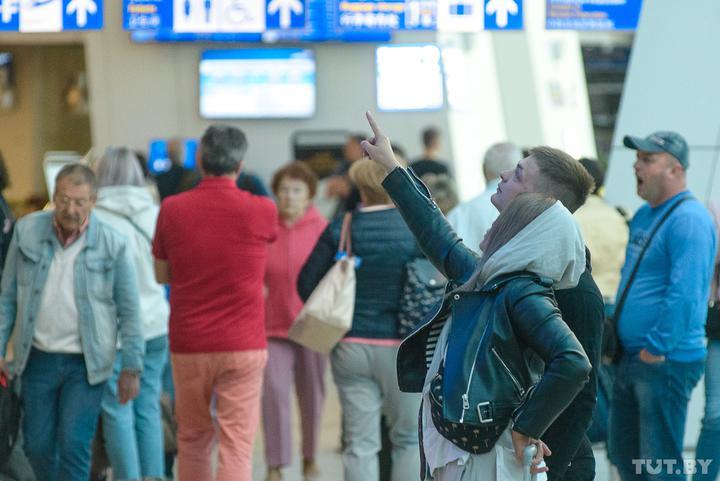 За границей сейчас находятся около 8 тысяч белорусских туристов. Им нужно помочь вернуться домой