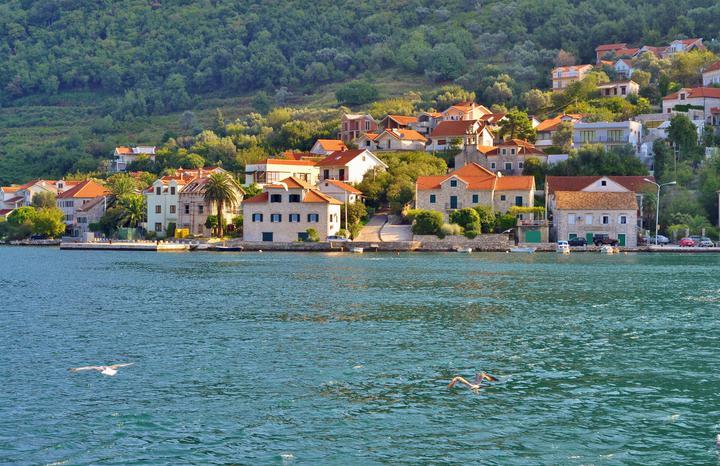 Больше тысячи российских туристов не выпускают из закрытой Черногории. Страна поставила условие