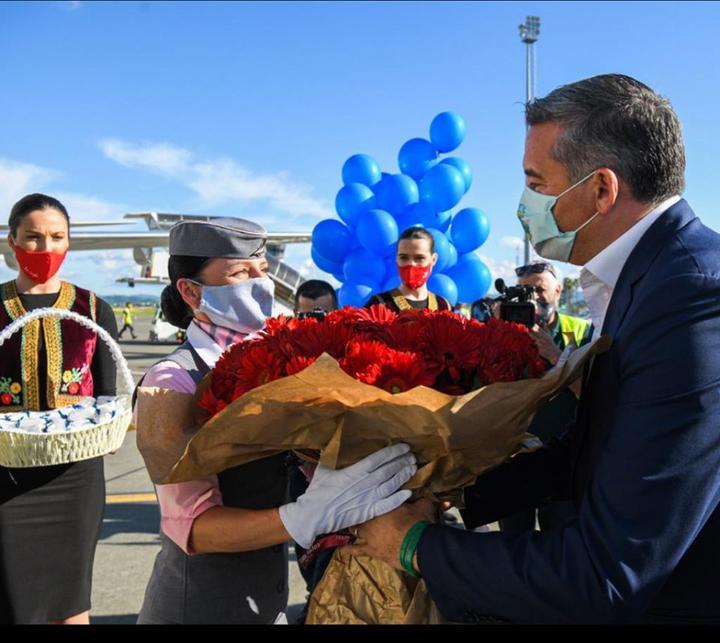 Первых белорусских туристов в Албании встречали цветами и водяной аркой
