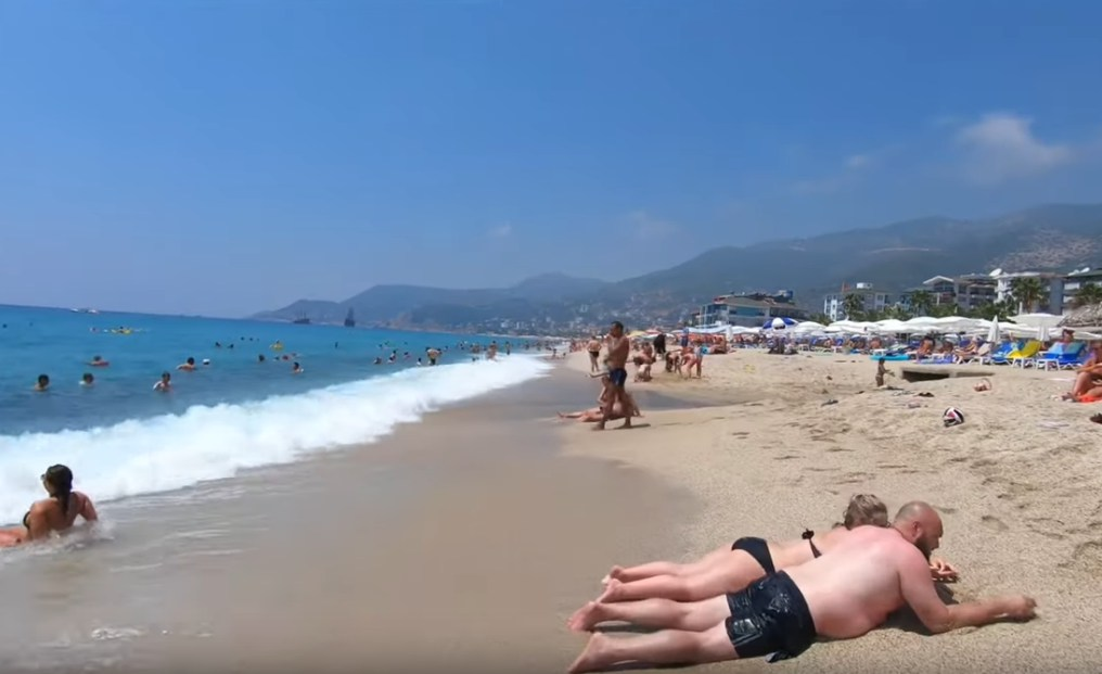 Самый популярный пляж Алании открылся для туристов