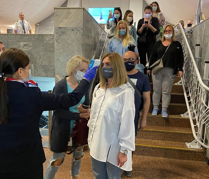 Белорусы улетели отдыхать в Турцию: самолеты загружены полностью, в ресторанах ходят в масках